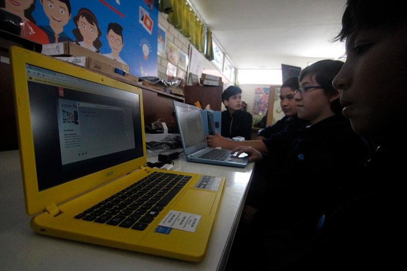 Gobierno adelantará la entrega de 122 mil computadores con Internet gratis