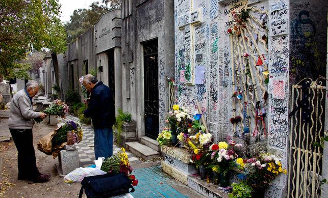 Gobierno decreta cierre total de los cementerios por este fin de semana