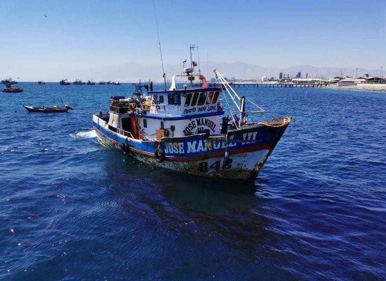 Sernapesca y Armada detectan nave operando con arte de pesca ilegal en Mejillones