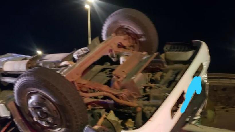 Falleció conductor al volcarse en un camión