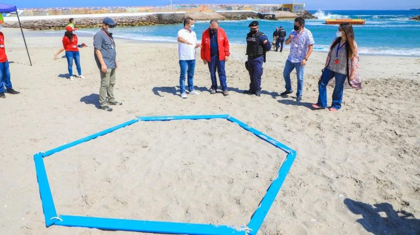 Instalan separadores para mantener la distancias en playas de Antofagastas