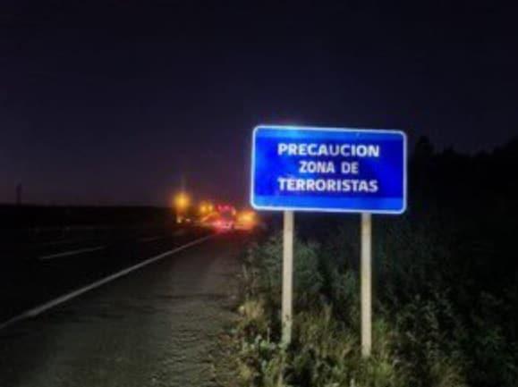 «Precaución zona de terroristas»: Nuevo mensaje en señaléticas en el ingreso a La Araucanía
