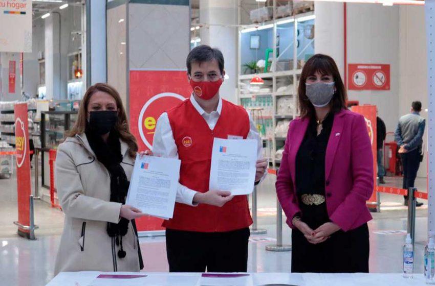 Firman convenio entre EASY y SernamEG para apoyar a mujeres sobrevivientes de violencias